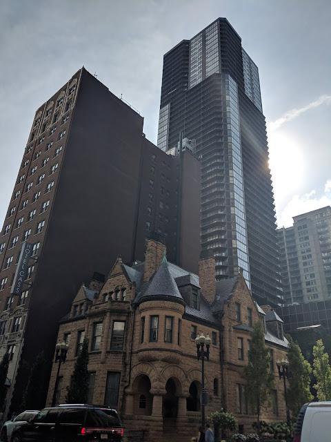 Чикаго. Небольшое здание рядом с небоскребами