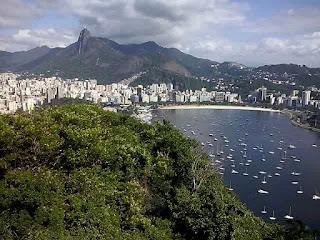 Paisagem vista do Morro da Urca, com enseada de Botafogo e Corcovado