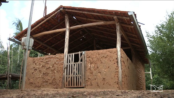 DESCASO - Alunos estudam em escolas precárias em Codó, no Maranhão