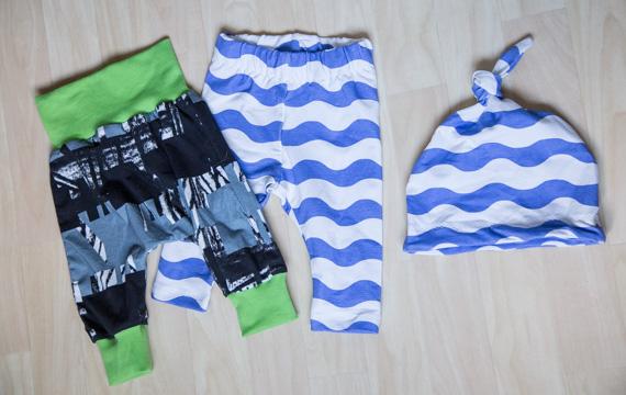 Kahdet housut ja pipo vauvalle