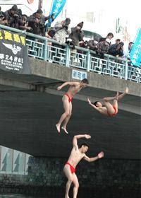 新町川寒中水泳大会開催!水中阿波踊り