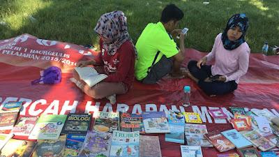 "TBM Ala Komunitas ""Ngampar Boekoe"" Wujud Kepedulian Anak Muda Terhadap Minat Baca"