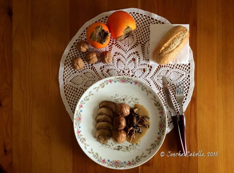 albóndigas-pollo-salsa-mesa