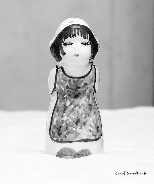 Foto Blanco y Negro de una miniatura de porcelana.