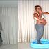 Su Esposa Embarazada Se Para En La Piscina, Pero Mira Que Pasa Con Sus Pantalones