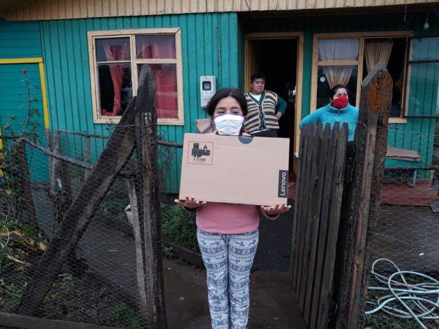 Donan notebooks y tablets a centros de salud y establecimientos educacionales