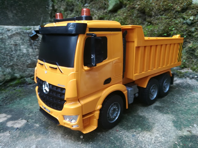 This RC dump truck works just like a real thing, a copy of Mercedez-Benz Arocs dump truck.