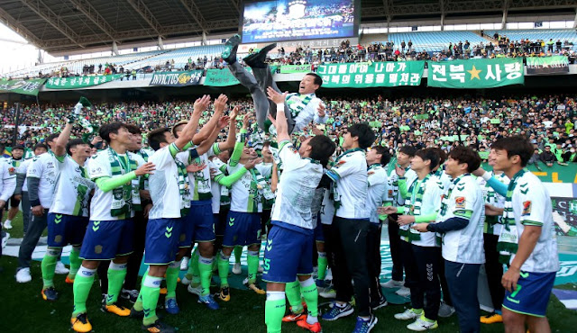 Jeonbuk Manager Choi Kang-hee celebrates after his team with their fifth league title