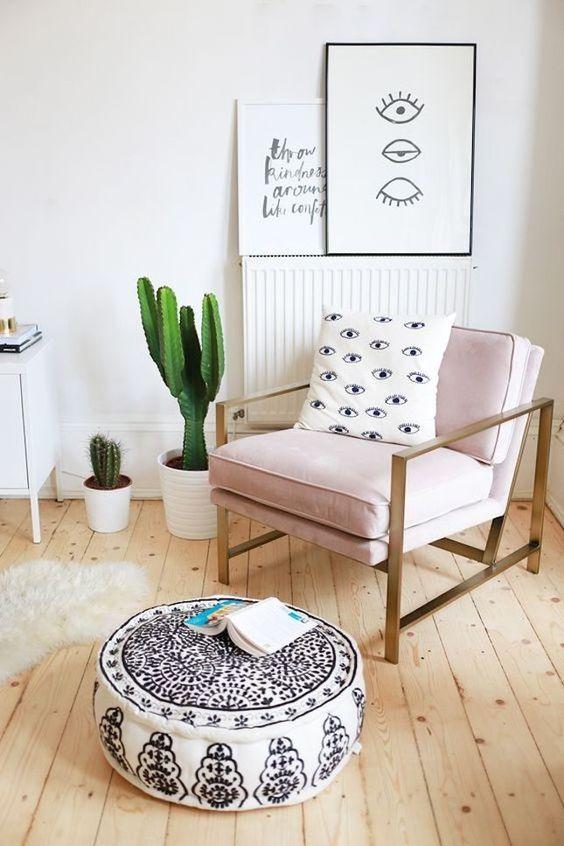 Sillón tapizado en rosa en un ambiente con toques Boho