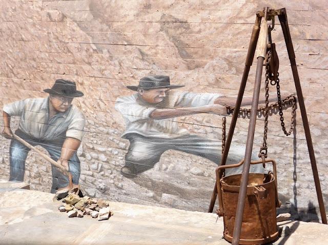 Murales en el museo simulando la explotación mi