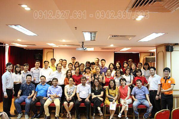 Lớp học chụp ảnh lưu niệm cùng TS. Phan Quốc Việt