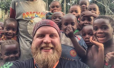 Misionero con niños en el Congo