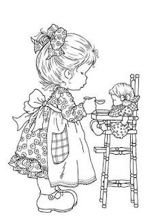 menina brincando de boneca