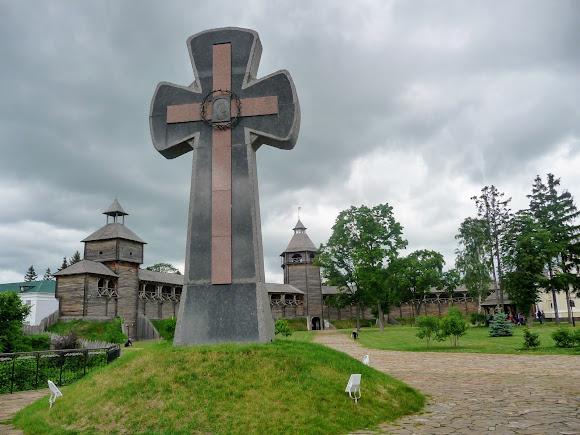 Батурин. Фортеця. Пам'ятний знак жертвам Батуринської трагеді