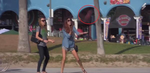 Huntan un balón de rubgy y se lo pasan a la gente para gastarles una broma. ¡Mira cómo reaccionan!