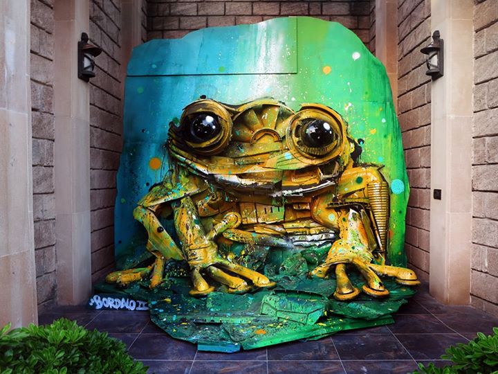 08-Yellow-Frog-Sculptor-Bordalo-Segundo-II-Sculpture-Urban-Camouflage-in-Upcycling-Rubbish-www-designstack-co