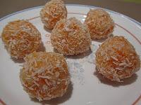 Bolas de zanahoria y coco rallado