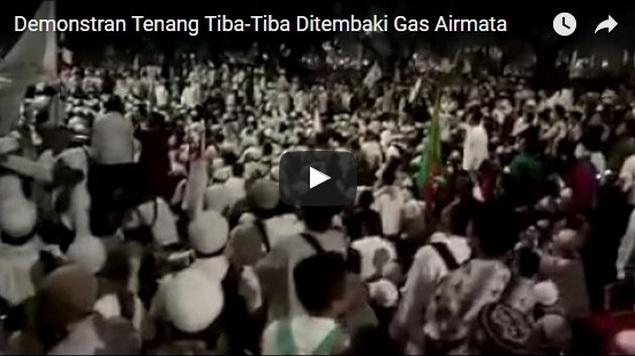 [VIDEO] Bukti Demonstran Duduk Damai Ketika Tiba-Tiba Dihujani Tembakan Gas Airmata