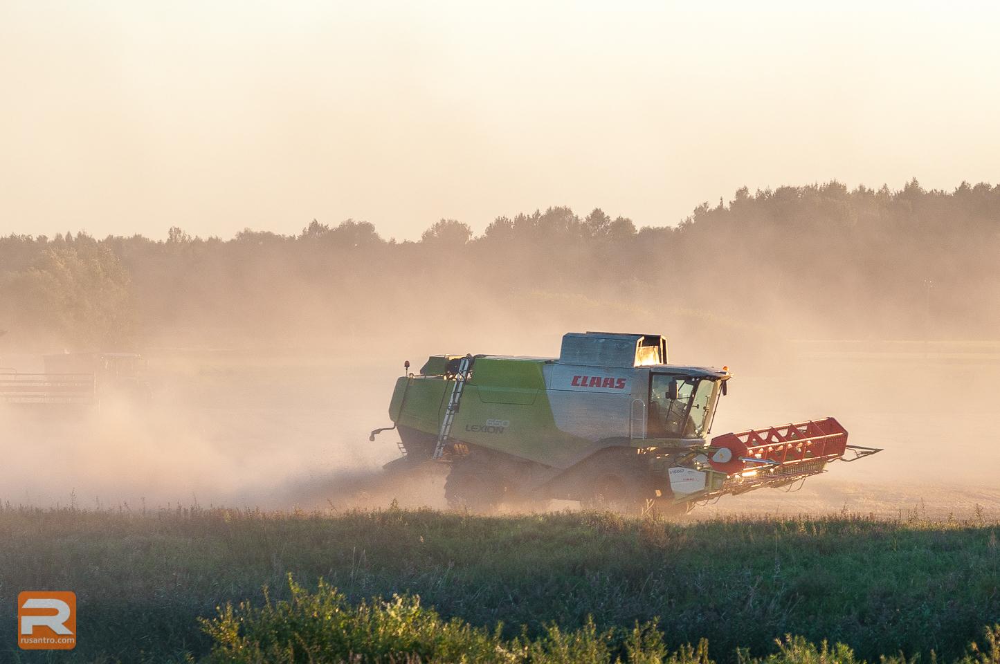 Lauksaimniecības tehnika pļaujas laikā