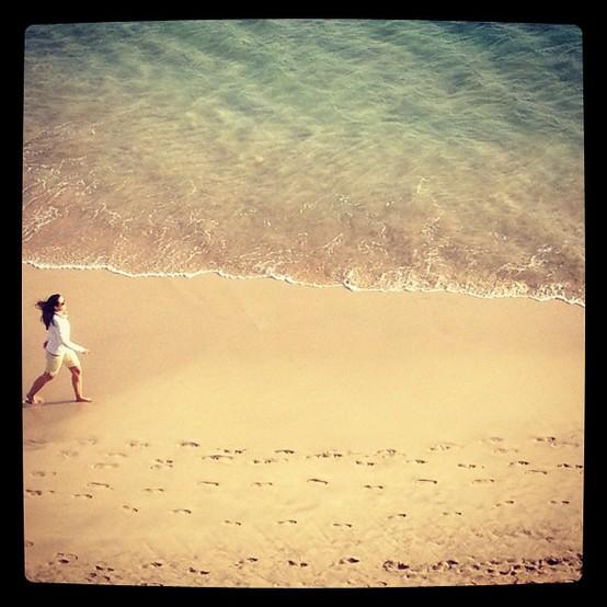 UN INSTANTE: Caminando por la playa 1