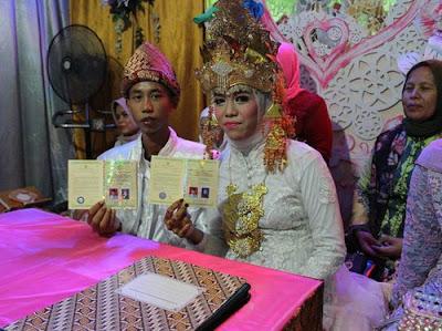 Pasangan SMP menjalin pernikahan