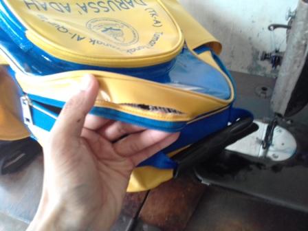 Menambal Tas Anak Sekolah Tk Yang Sobek Pada Bagian Pinggir Dekat