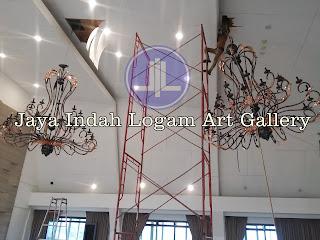 Boyolali,. Kerajinan lampu robyong tembaga Jaya Indah Logam Art Gallery. Lampu Gantung Robyong Tembaga dengan desain sangat mewah. lampu robyong berukuran besar ini dibuat dari bahan logam tembaga, lampu gantung tembaga ini sangat kuat karena menggunakan kerangka besi pada bagian dalam lampu tembaga tersebut, untuk pewarnaan lampu robyong tembaga ini dengan cara di oksidasi warna hitam semua setelah itu dipolis mengkilap pada bagian ukiran-ukirannya. Lampu robyong tembaga ini sangat cocok sebagai penghias yang gantungkan di interior maupun eksterior rumah anda atau juga bisa untuk loby-loby hotel, dsb. │lampu gantung tembaga1│lampu gantung tembaga2│lampugantung tembaga3│lampu gantung tembaga4│lampu robyong tembaga│lampu robyong2│lampu gantung minimalis│lampu tembaga│lampu kuningan│kerajinan logam tembaga kuningan│kerajinan ukir tembaga dan kuningan│tembaga1 kuningan1│logam │KERAJINAN UKIR TEMBAGA DAN KUNINGAN│LAMPU│WASTAFEL│MINIMALIS│RELIEF KUNINGAN│RELIEF TEMBAGA│INDOCRAFTER JAYA INDAH LOGAM│KERAJINAN & SOUVENIR│LAMPU HIAS MINIMALIS│LAMPU TAMAN │LAMPU DINDING│LAMPU TAMAN│TEMBAGA│KUNINGAN│LAMPU STAND│STANDING LAMP│LAMPU MEJA│TABLE LAMP│KALIGRAFI TEMBAGA, KUNINGAN│ DEKORASI INTERIOR LAMPU HIAS│PUSAT LAMPU HIAS│lampu dinding kuningan tembaga│kerajinan tembaga│kerajinan kuningan │copper pendant lamp│minimalis lamp│ brass pendant│copper brass lighting│COPPER AND BRASS HANDICRAFT│