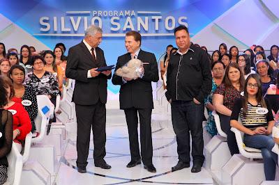 Silvio Santos recebe moção e urso de pelúcia - Crédito da foto: Lourival Ribeiro/SBT