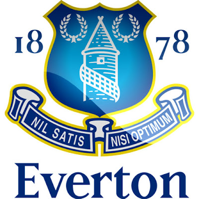 "Sejarah Everton FC    Everton FC adalah sebuah klub sepakbola yang berasal dari kota Liverpool di Inggris. Awalnya klub ini merupakan klub sepakbola gereja methodist St.Domingo's yang terbentuk pada tahun 1878 dengan nama St.Domingo's FC. Setahun kemudian berganti nama menjadi Everton FC karena penduduk lokal (Everton) diluar gereja juga ingin berpartisipasi dalam tim.Selanjutnya pada tahun 1884 Everton menggunakan stadion Anfield sebagai Home Base  hingga tahun 1891. Ketika Everton FC menolak untuk meneruskan sewa stadion Anfield karena harga sewanya meningkat dan akhirnya Everton FC angkat kaki dari stadion Anfield lalu pindah ke lapangan baru yang kini menjadi stadion Goodison Park.   Sepeninggalan Anfield oleh Everton FC tuan tanah Anfield John Houlding berinisiatif untuk membentuk klub baru dengan nama ""Everton FC and Athletic Grounds Ltd"" tetapi nama tersebut ditolak oleh FA (Federasi sepakbola Inggris) karena nama tersebut sudah ada yg menggunakannya (Everton FC).Pada bulan juni 1892 akhirnya Everton FC and Athletic Grounds Ltd berubah nama menjadi Liverpool FC yang kini kita kenal identik dengan warna merah.Everton FC dan Liverpool FC kini bermain pada top level liga inggris, sudah ratusan kali kedua tim bertemu dalam laga hangat Merseyside Derby.Jarak antara stadion Goodison Park dan Anfield hanya sekitar 1 km. kedua sta"