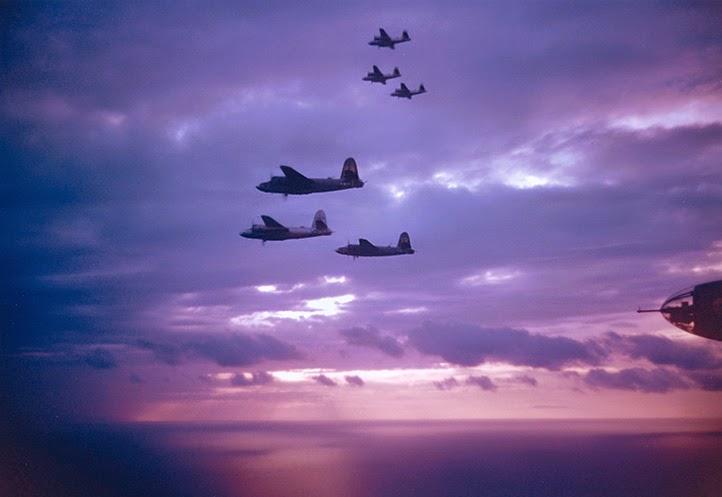 Ritorno al tramonto in Sardegna di una squadriglia di B-26 dopo una missione in Italia