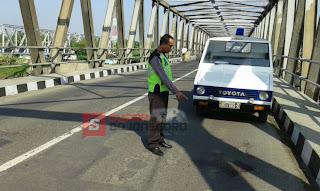 Satu Korban Tewas Setelah Sepeda Motor Terperosok Lubang Ketika Nyalib Truck