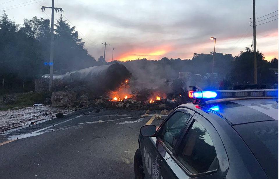 Chocan autobús y pipa en la autopista Puebla-Córdoba; hay cuatro lesionados.