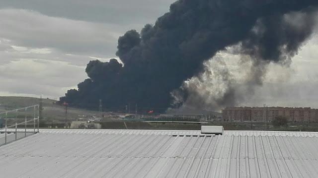 llamas y humo negro desde una de las viviendas próximas al incendio