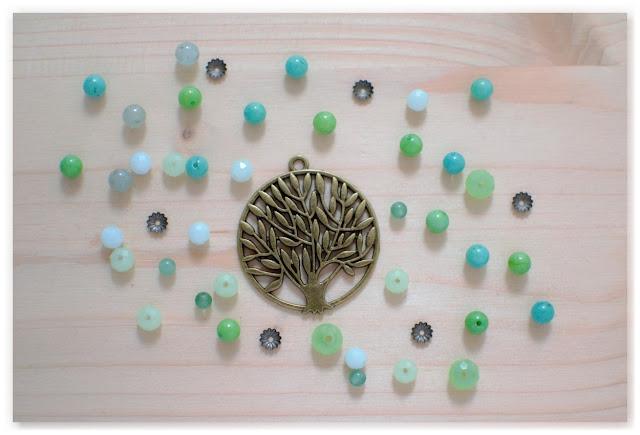 pendentif arbre de vie et perles vertes et turquoise en jade et verre