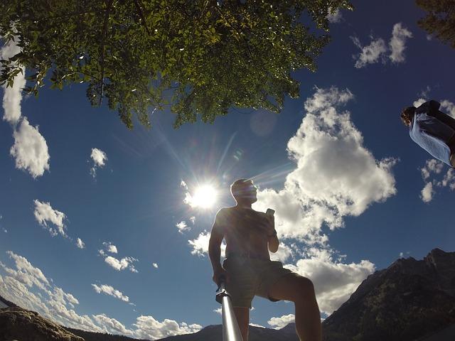 Memakai GoPro dengan memegang tongkat dan smartphone menjadi ciri khas gaya ini.