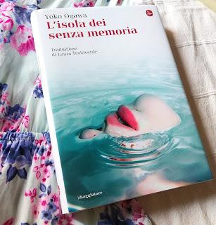 L'isola dei senza memoria - Yoko Ogawa {Recensione no-spoiler} felice con un libro