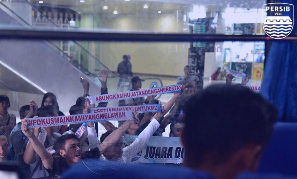 Tiba di Balikpapan, Persib Bandung Disambut Bobotoh dengan Pesan Khusus
