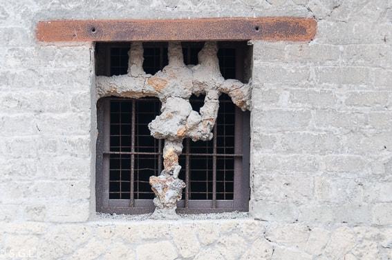 Detalle de ventana de Herculano con restos de lava