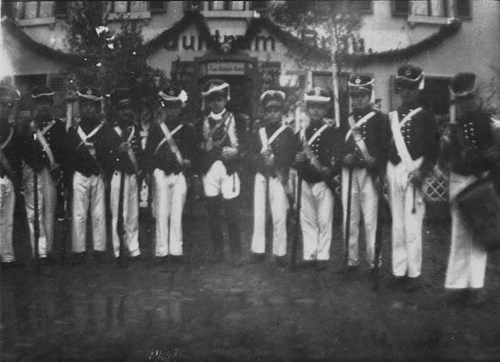 """Die Bürgerwehr 1930 vor ihrem Stammsitz / Vereinslokal dem sog. """"Storchennest"""", Nachlass Joseph Stoll, Album Winzerfest, lfd. No. 0029"""