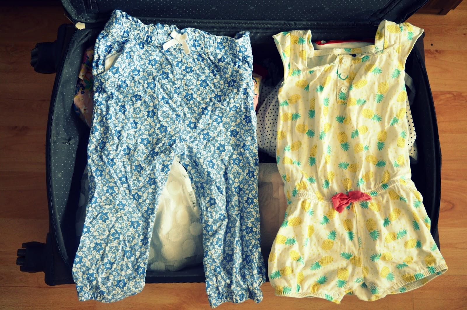 Neodolateľne na dievčatkách vyzerajú letné ľahučké nohavice. My máme doma  jedny romantické kvetinkové. Bábätkám sa zas osvedčia opaľovačky v letných  vzoroch ... 7d3d079ab9f