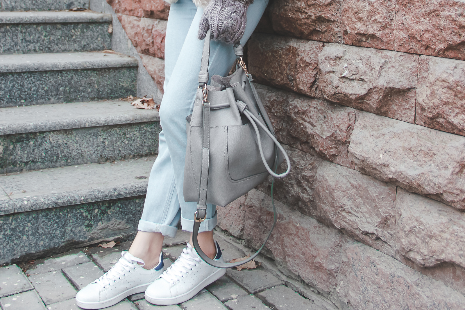 fashion blogger diyorasnotes pastel tone white sneakers faux fur oversized hat pink jumper asos zara bag