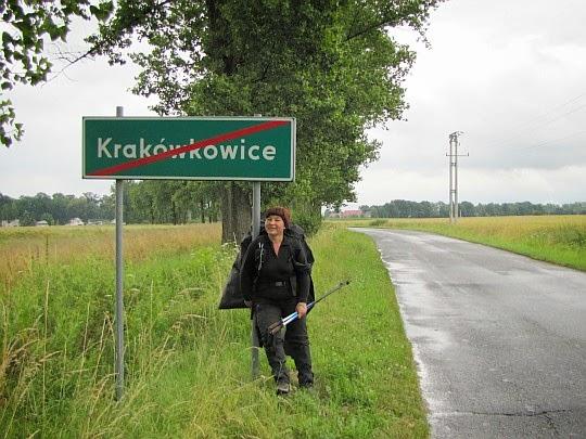 Wyjście z przysiółka Krakówkowice. Przed nami widać zabudowania Piotrowic Nyskich.