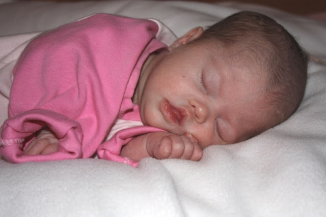Schlafendes Baby mit Down Syndrom