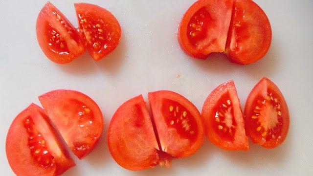 トマトは5等分の輪切りにしてさらに半分に切る