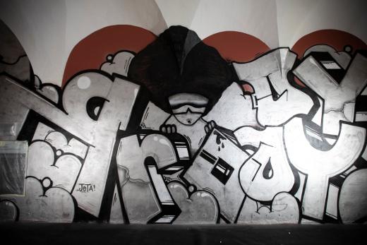 El Centre del Carme amanece con un grafiti de casi 1.000 metros cuadrados, obra de PichiAvo