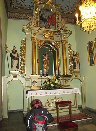 Ołtarz w południowej kaplicy z gotycką rzeźbą Matki Bożej z Dzieciątkiem z około 1370 roku