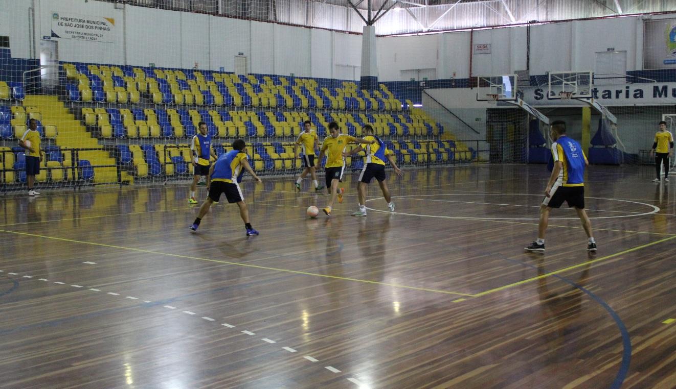 e62b91437b8bd Time são-joseense faz último treino no Ney Braga e delegação viaja com 13  jogadores para enfrentar o Itaipulândia. O elenco do Novo Futsal ...