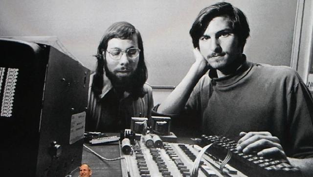 Steve Jobs junto a Steve Wozniak en los inicios de la empresa