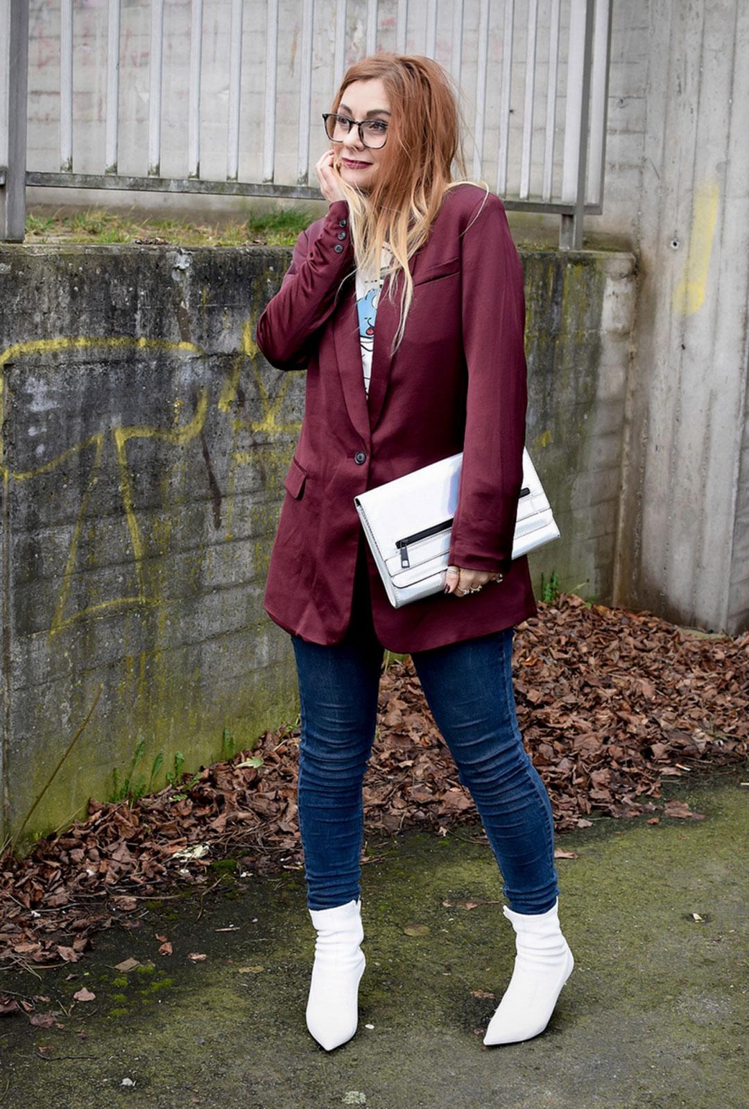 Weiße Stiefel, Skinny Jeans, Blazer aus Satin in Weinrot