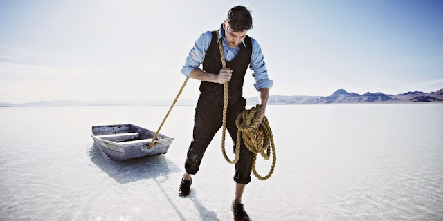 Hombre arrastrando barca